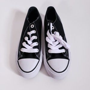 Airwalk black and white low top sneakers size 5